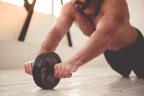 Las mejores posturas para entrenar los hombros y abdominales