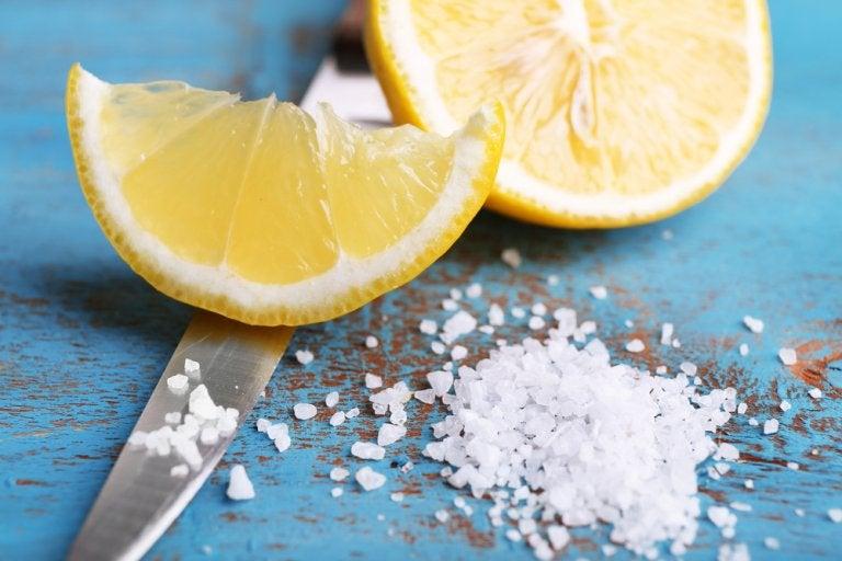 Elimina las manchas, el olor y las bacterias de tu tabla de cocina con sal y limón