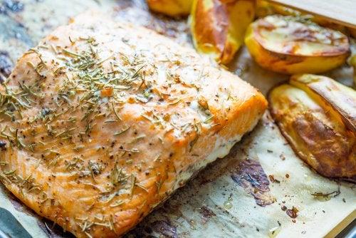 Prepara un delicioso salmón al horno con patatas y verduras