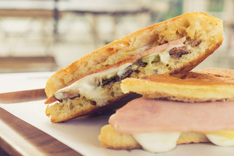 Antójate de este delicioso sándwich cubano con esta receta casera