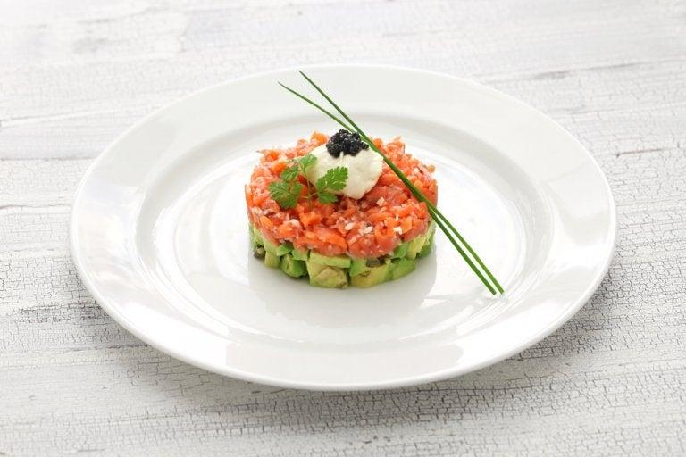 Delicioso tartar de salmón y aguacate, aprende a prepararlo