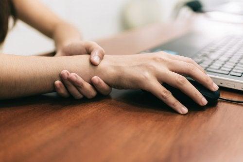 5 ejercicios efectivos para aliviar el dolor de túnel carpiano