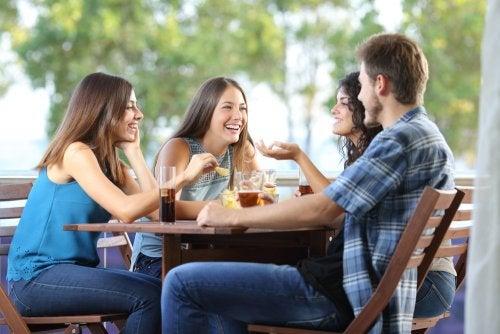 amigos tomándose una cerveza al aire