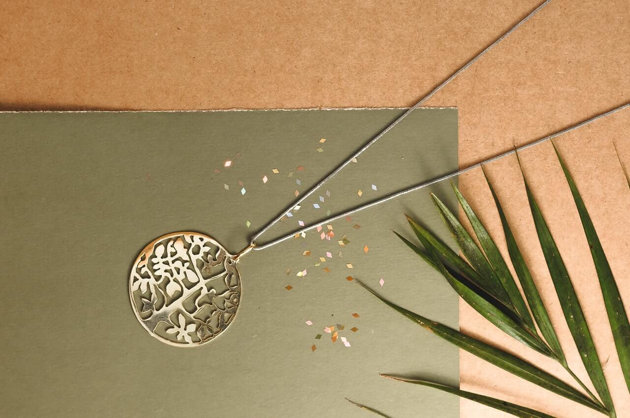 Una pieza de bisutería o una prenda de plata puede ser uno de los 5 cosas para regalar a la madre del novio en su cumpleaños
