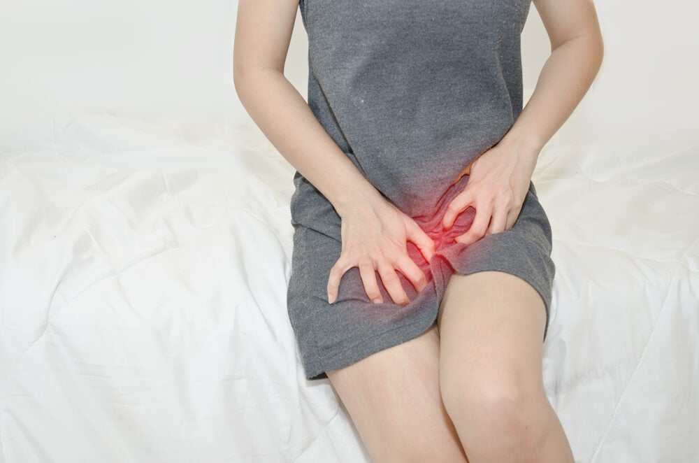 Mujer con picor en la vagina probablemente debido a una infección por levaduras.