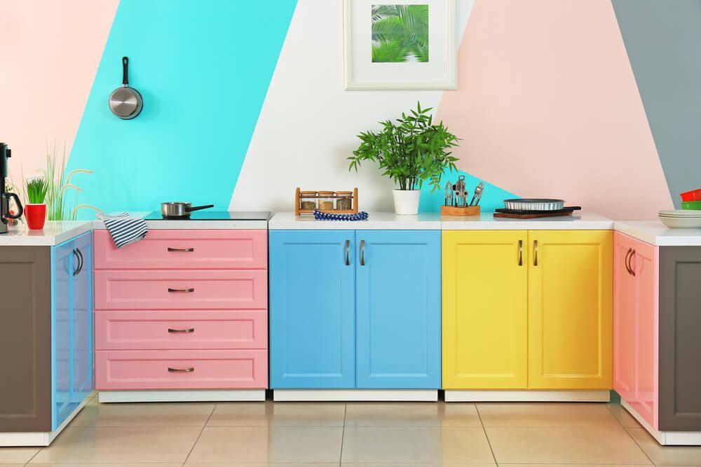 Decoración de interiores de una cocina con colores.
