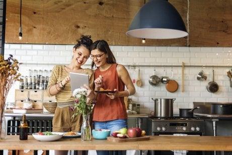 Personas cocinando en actitud risueña.