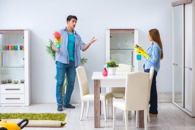 Discusiones sobre quién limpia el piso