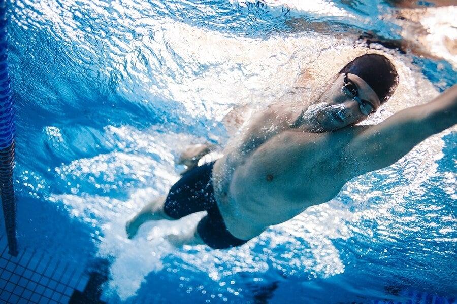 4 ejercicios de natación que te ayudarán a estar en forma