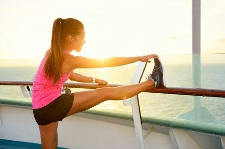 Mujer estirando antes de hacer ejercicio