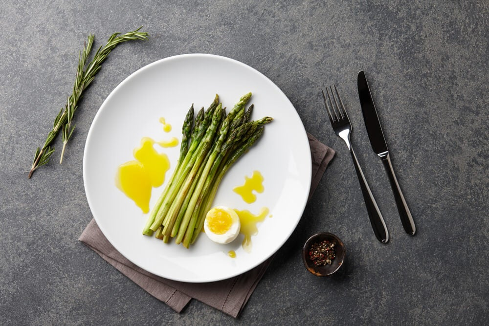 Plato con espárragos, uno de los alimentos que reducen el estrés
