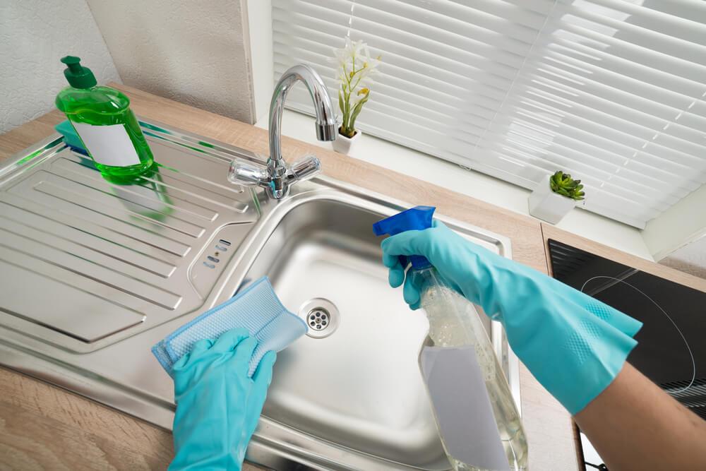 6 maneras de lavar y desinfectar los fregaderos de tu hogar