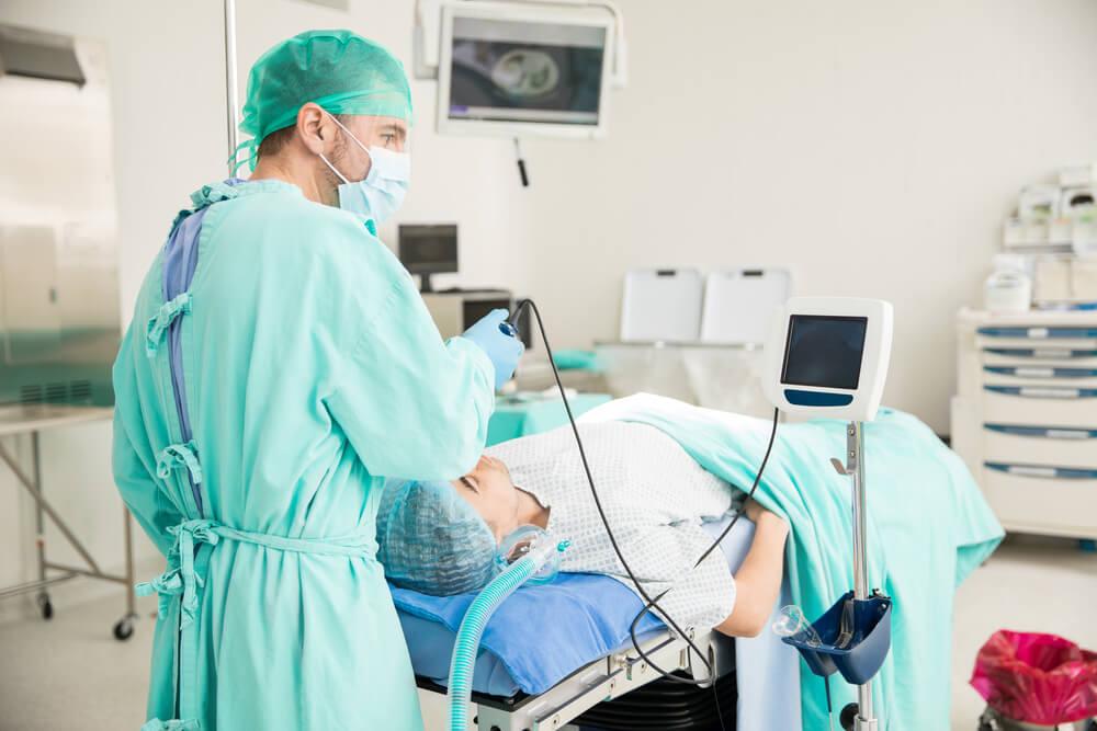 Médico monitorizando la intubación de un paciente.
