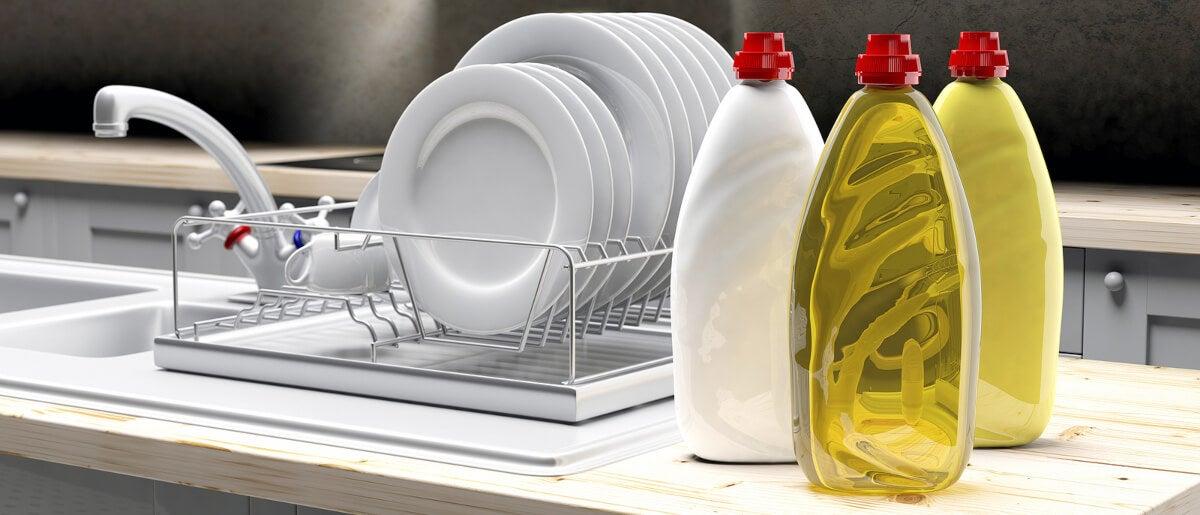 Lavaplatos líquido para limpiar la vajilla.