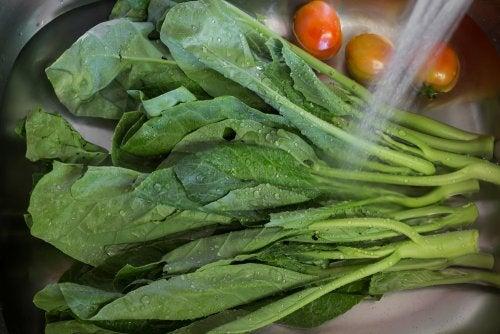 Verduras lavándose en el fregadero.
