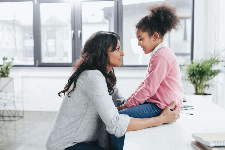 Madre e hija hablando.