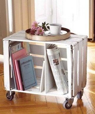 Mesa de madera con ruedas.
