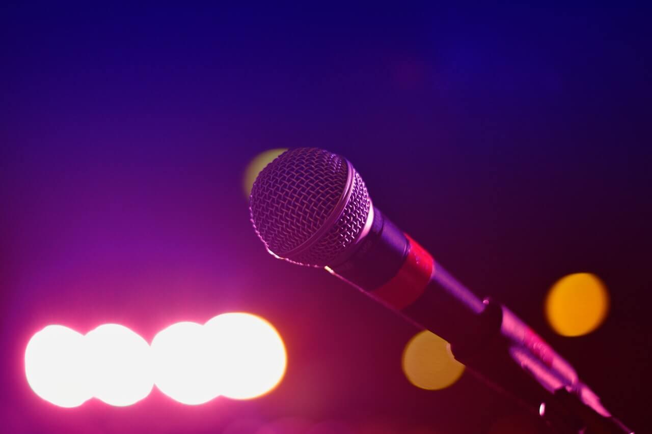 El karaoke puede ser uno juegos para la boda te garantizan la diversión para todos