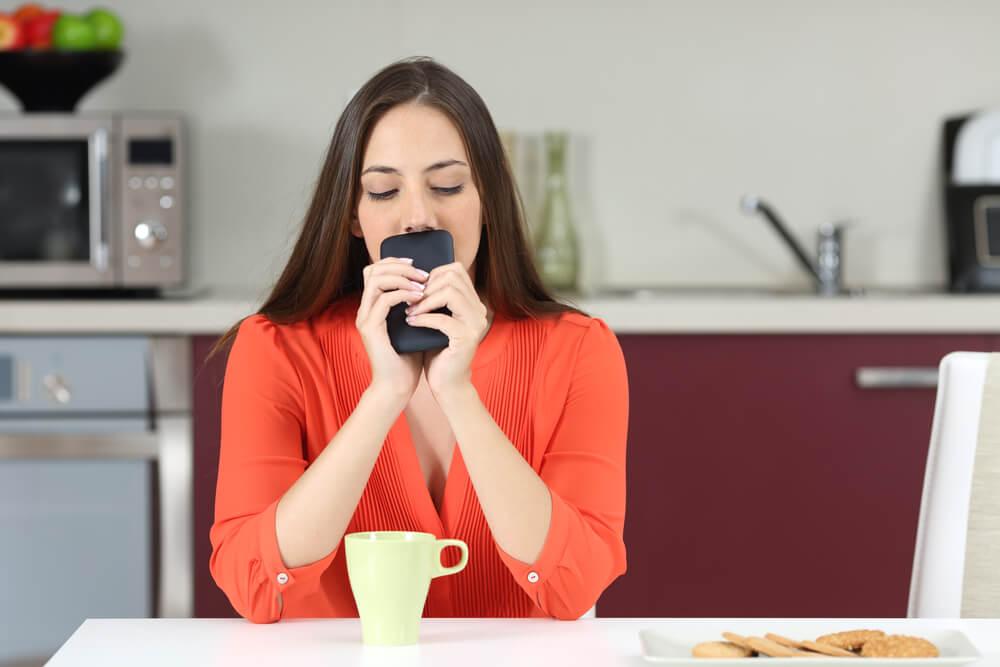 Mujer preocupada mirando el teléfono.