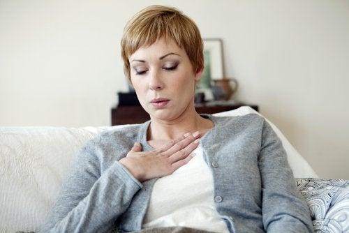 Mujer sufriendo un ataque de calor.