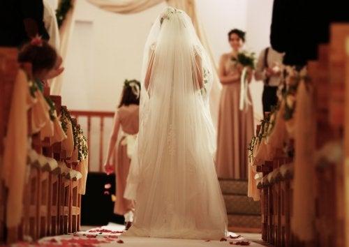 Novia avanzando hacia el altar