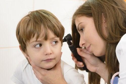 Eliminar la cera de los oídos sin dañarlos