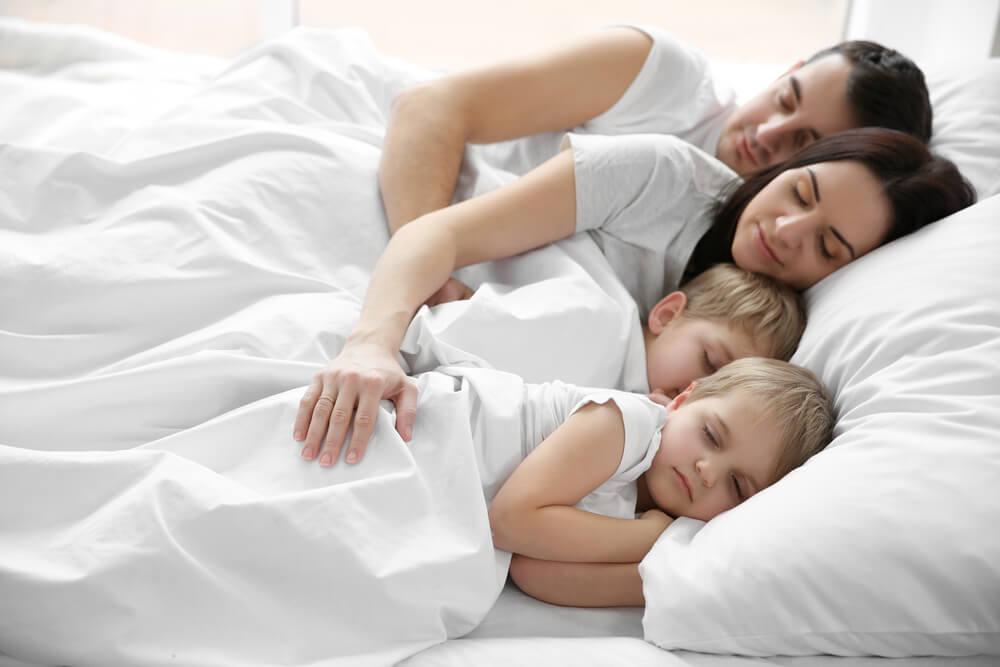 Niños que quieren dormir en la cama de los padres