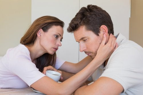 Mujer consolando a un hombre triste.