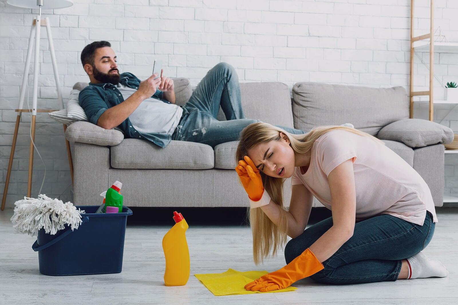 ¿Por qué mi pareja no me ayuda a limpiar?