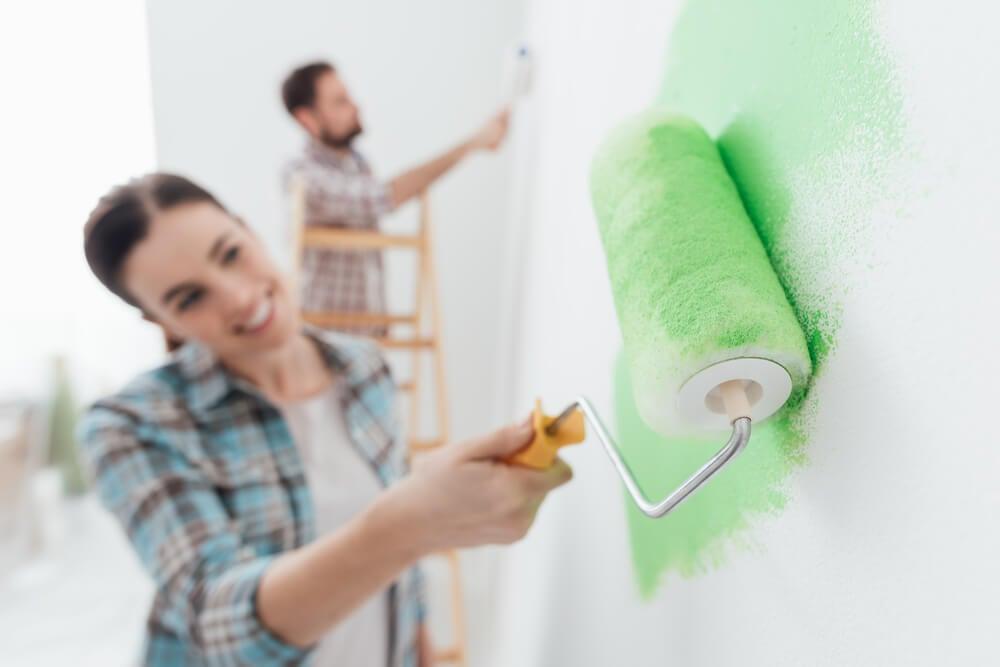 Pintan las paredes de la casa.