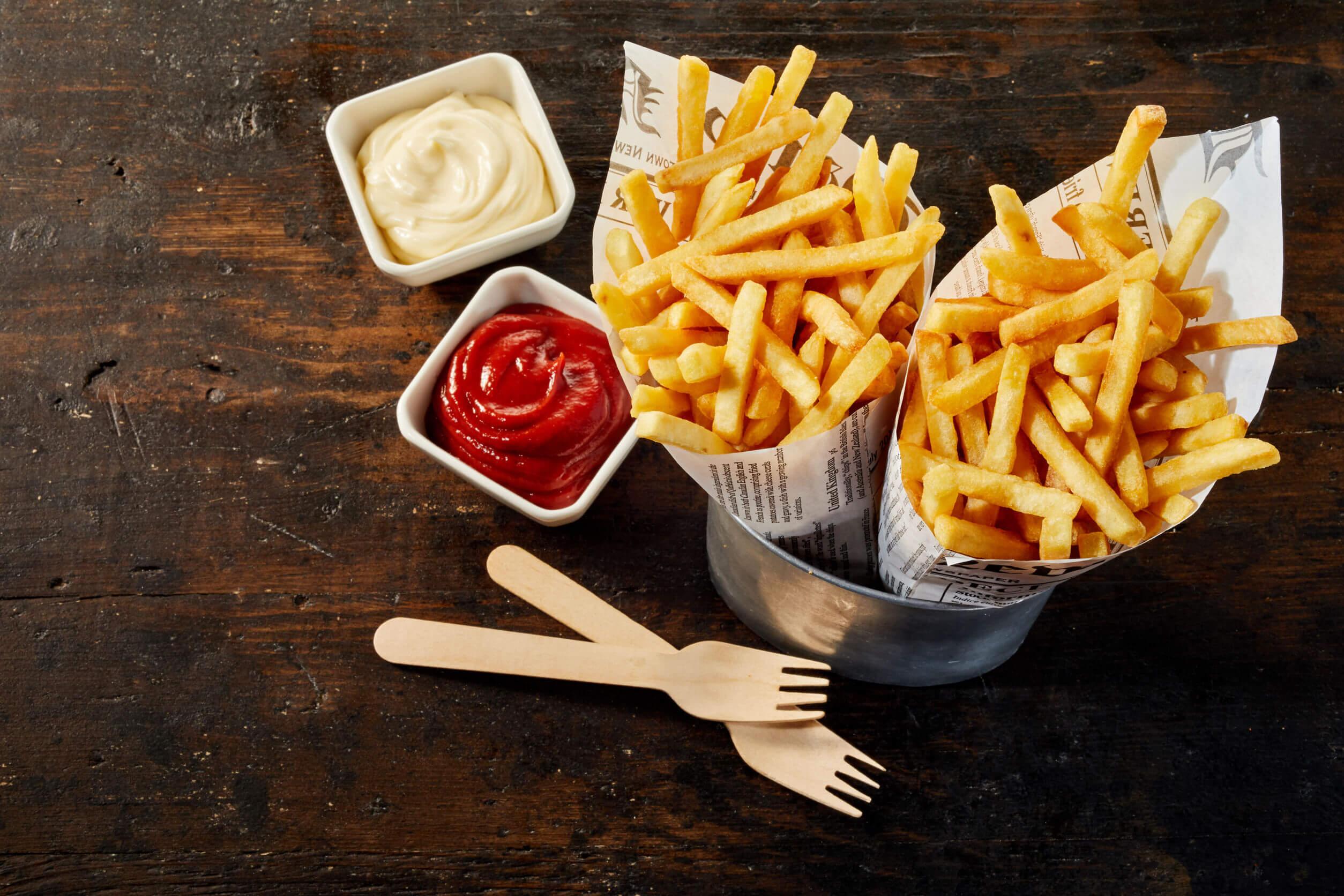 Consumir abundante comida chatarra forma parte de los hábitos que pueden empeorar la gastritis.