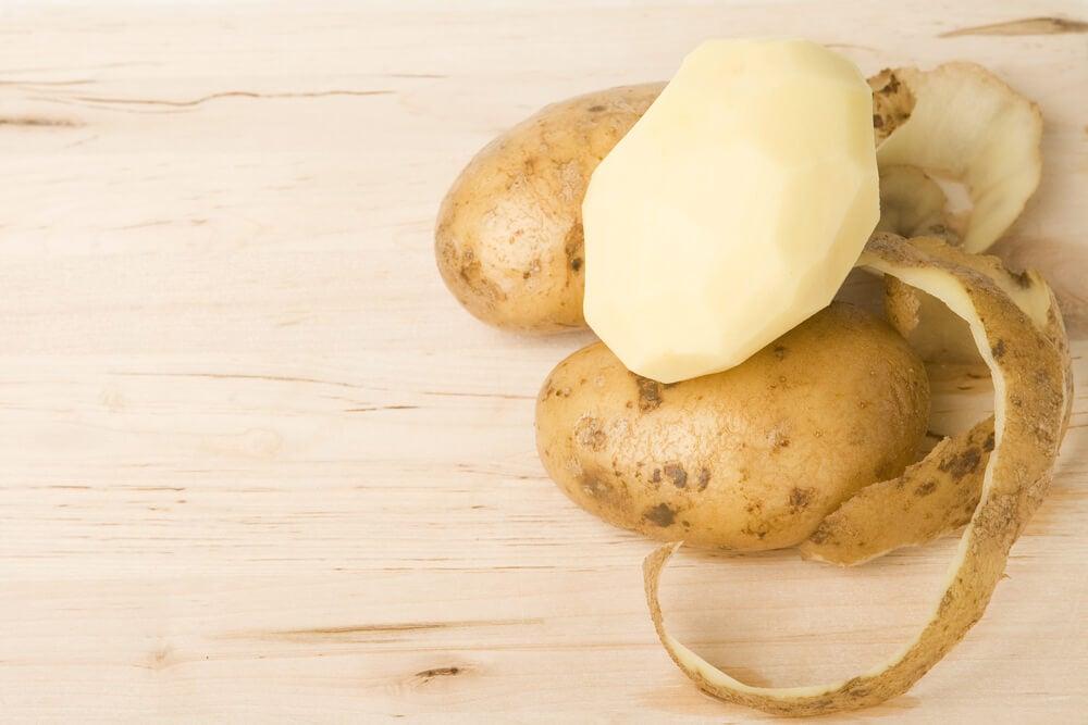 Patatas peladas para cocinar.