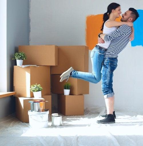 pareja abrazándose mientras hace la mudanza