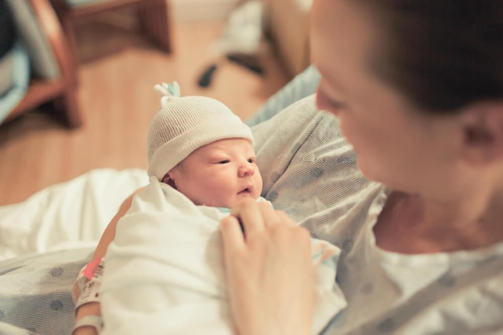 Madre sosteniendo a su bebé recién nacido.
