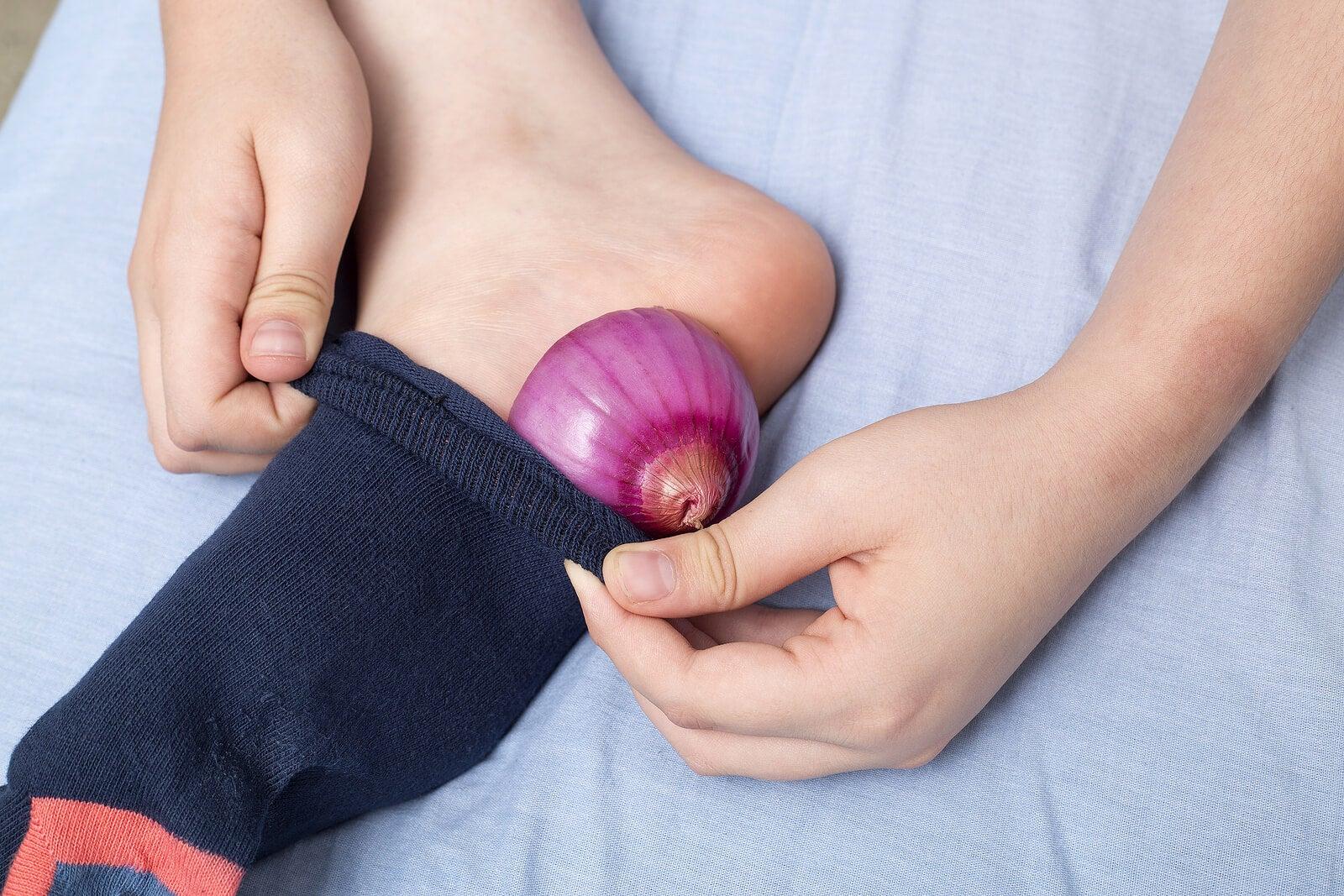 El mejor remedio para los callos de los pies: cebolla y vinagre blanco