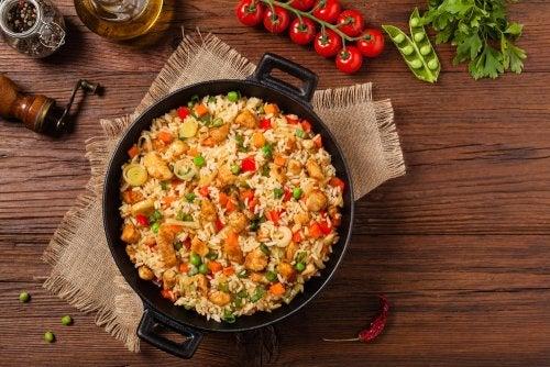 Sartén de arroz frito con pollo.