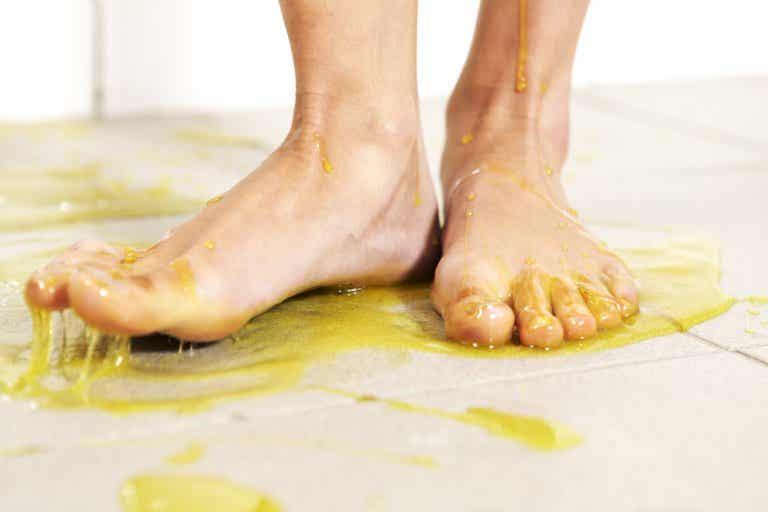 Cómo limpiar los residuos pegajosos del piso