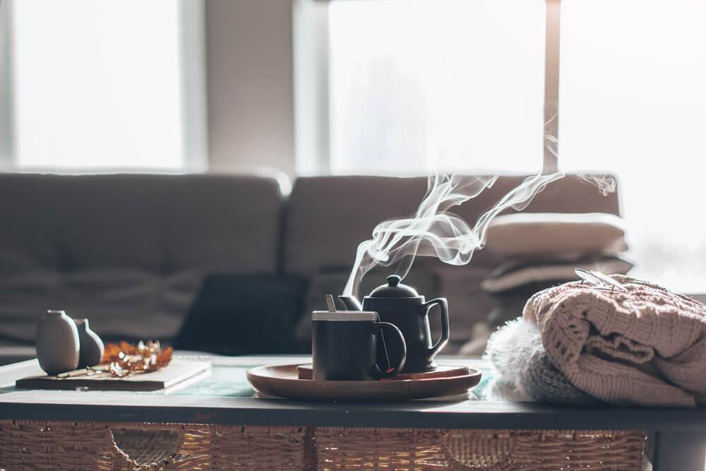 imagen de un salón con una taza de té caliente