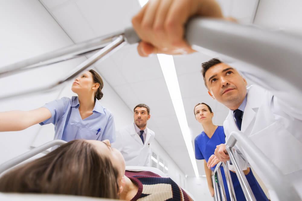 Médicos transportando a un paciente debido a una urgencia hospitalaria.