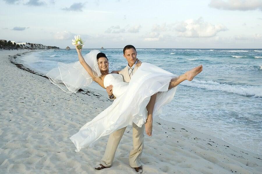 Novio cogiendo a la novia en una playa