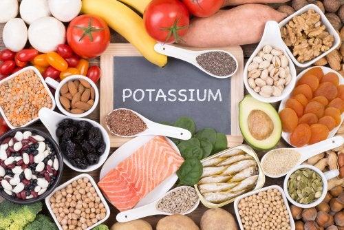 """Alimentos ricos en potasio con una pizarra con la inscripción """"potassium"""""""