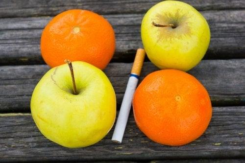 Dos manzanas, dos naranjas y en medio un cigarrillo