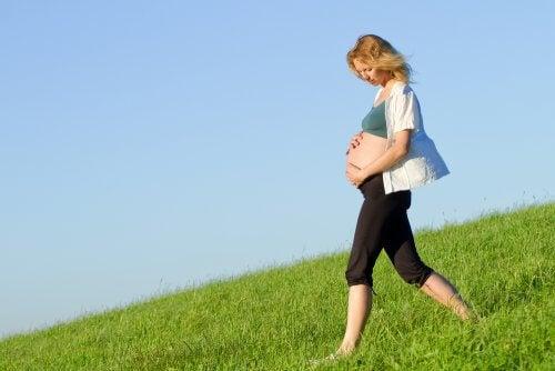 embarazada caminando