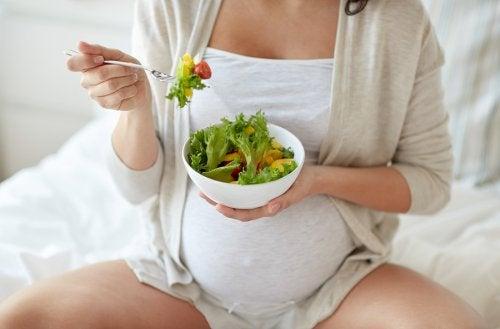 Embarazada comiendo una ensalada