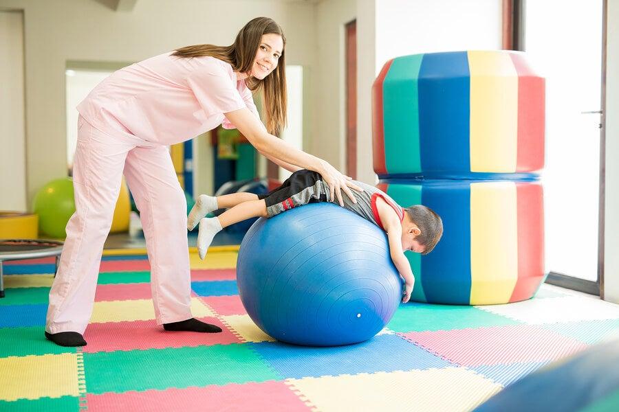 Fisioterapeuta con niño