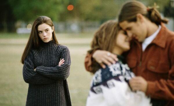 Empezar una nueva relación sin terminar la anterior puede convertirse en una infidelidad