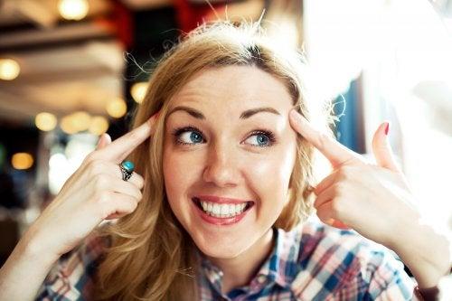 Mujer sonriente: optmismo para recuperarte de una mala época