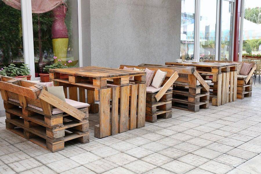 Muebles de madera con material reciclado.