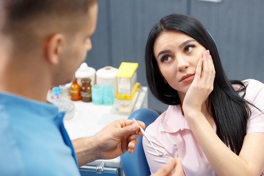 Mujer con gingivitis en el dentista