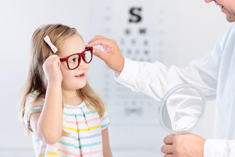 Niña con gafas en el oftalmólogo